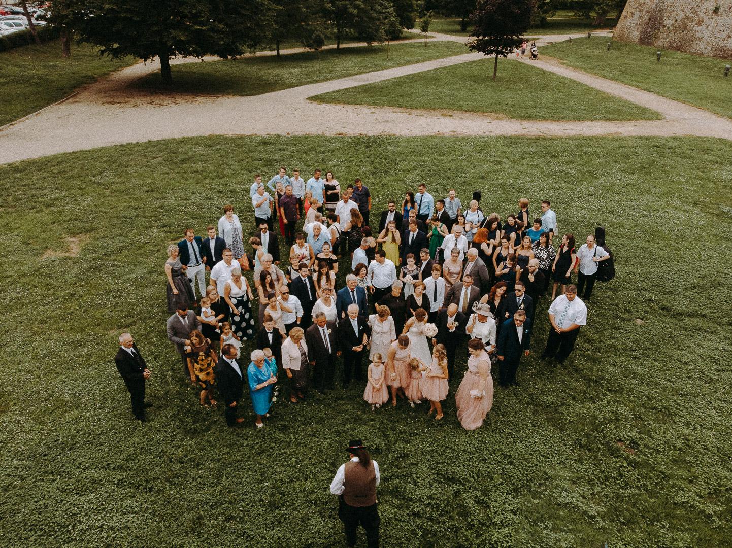 esküvő csoportkép fotózás drónnal