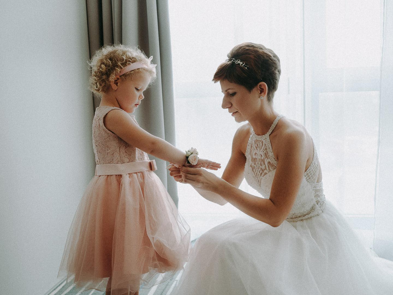 menyasszony fehér menyasszonyi ruhában készülődik az esküvői fotózásra